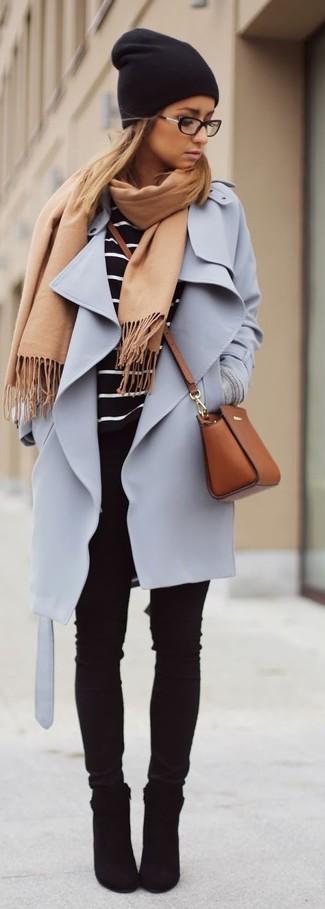 Intenta combinar un abrigo violeta claro junto a unos vaqueros pitillo negros para crear una apariencia elegante y glamurosa. Botines de ante negros son una opción perfecta para completar este atuendo.