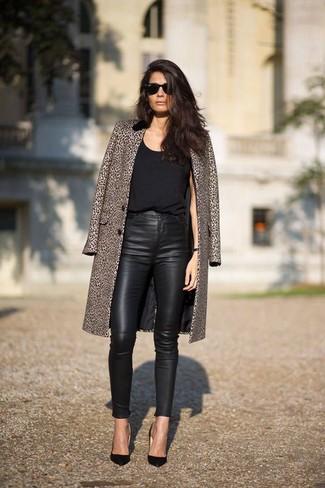 Look de moda: Abrigo de Leopardo Marrón, Camiseta sin Manga Negra, Pantalones Pitillo de Cuero Negros, Zapatos de Tacón de Cuero Negros