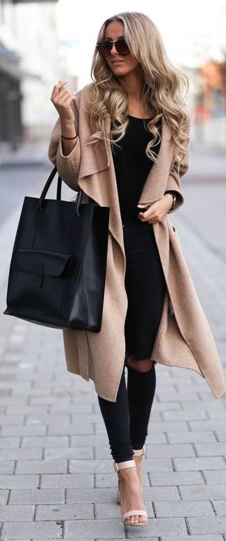Para crear una apariencia para un almuerzo con amigos en el fin de semana intenta combinar un abrigo marrón claro con unos vaqueros pitillo desgastados negros. Este atuendo se complementa perfectamente con sandalias de tacón de cuero beige.