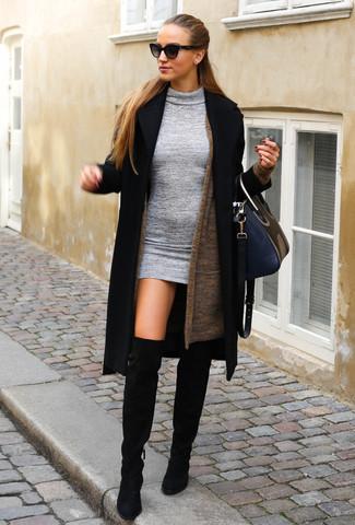 Cómo combinar: abrigo negro, cárdigan abierto marrón, vestido ajustado de lana gris, botas sobre la rodilla de ante negras
