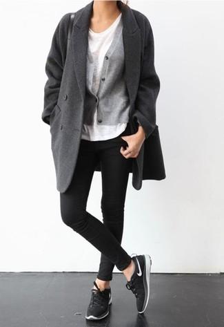 Ponte un abrigo gris oscuro y unos vaqueros pitillo negros para una apariencia fácil de vestir para todos los días. Deportivas negras añadirán un nuevo toque a un estilo que de lo contrario es clásico.