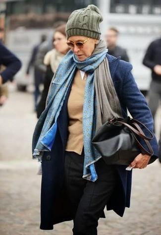 Cómo combinar: abrigo azul marino, cárdigan marrón claro, pantalón de vestir negro, bolsa tote de cuero negra