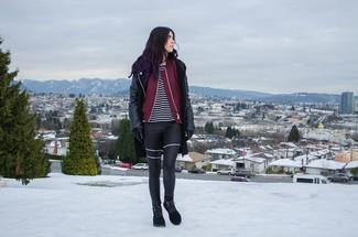 Ponte un abrigo de cuero negro y unos leggings de cuero negros para un look diario sin parecer demasiado arreglada. Un par de botas safari se integra perfectamente con diversos looks.