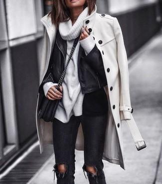 Cómo combinar: abrigo blanco, chaqueta motera de cuero negra, jersey con cuello vuelto holgado blanco, vaqueros pitillo desgastados negros