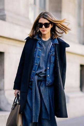 Cómo combinar: abrigo negro, chaqueta vaquera azul, cárdigan en gris oscuro, sudadera en gris oscuro
