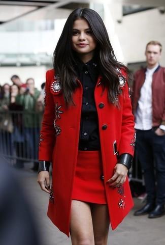 Look de Selena Gomez: Abrigo con Adornos Rojo, Camisa de Vestir Negra, Minifalda Roja