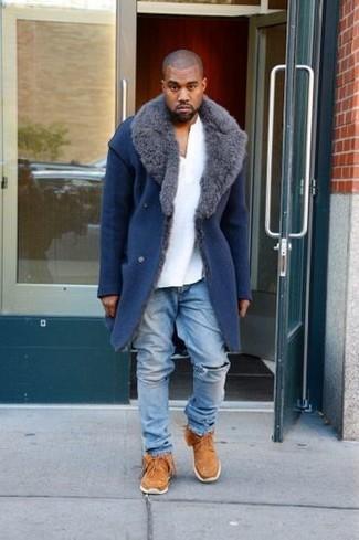 Cómo combinar: abrigo con cuello de piel azul, camiseta henley blanca, vaqueros desgastados celestes, botas safari de ante en tabaco