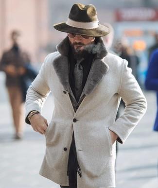 Cómo combinar: abrigo con cuello de piel en beige, blazer de lana de espiguilla gris, camisa de vestir negra, pantalón de vestir negro