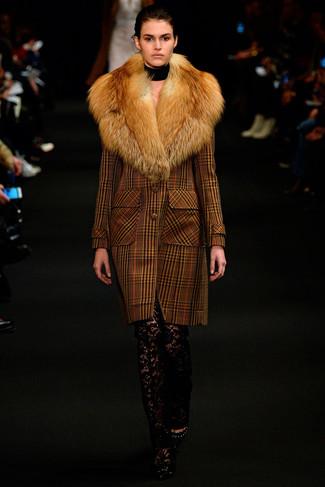 Elige un abrigo con cuello de piel de tartán marrón y unos pantalones pitillo de encaje negros para después del trabajo. Zapatos de tacón de cuero negros son una sencilla forma de complementar tu atuendo.