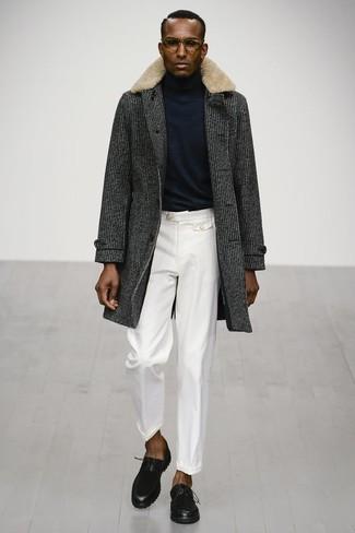 Cómo combinar: abrigo con cuello de piel en gris oscuro, jersey de cuello alto negro, pantalón de vestir blanco, zapatos derby de cuero negros