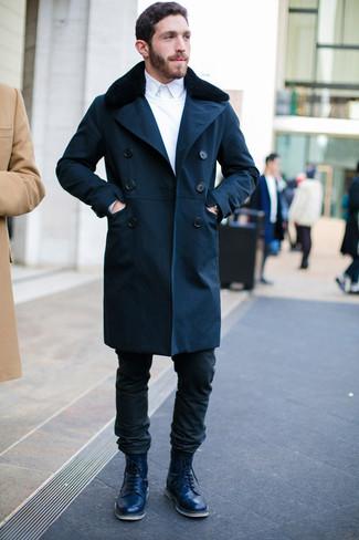 Cómo combinar: abrigo con cuello de piel azul marino, jersey con cuello circular blanco, camisa de vestir blanca, vaqueros negros