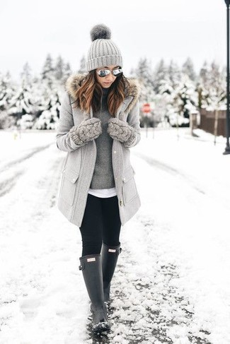 Cómo combinar: abrigo con cuello de piel gris, jersey de cuello alto gris, camiseta con cuello circular blanca, leggings negros