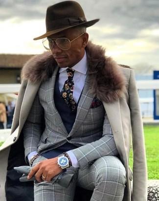Cómo combinar: abrigo con cuello de piel en beige, traje a cuadros gris, chaleco de vestir azul marino, camisa de vestir blanca
