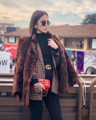 Cómo combinar: abrigo de piel marrón, blazer cruzado a cuadros rojo, jersey de cuello alto negro, vaqueros pitillo negros