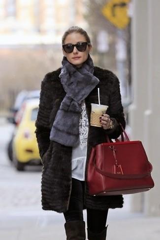 Look de Olivia Palermo: Abrigo de Piel Negro, Blusa de Manga Larga de Encaje Blanca, Leggings Negros, Botas sobre la Rodilla de Ante Negras
