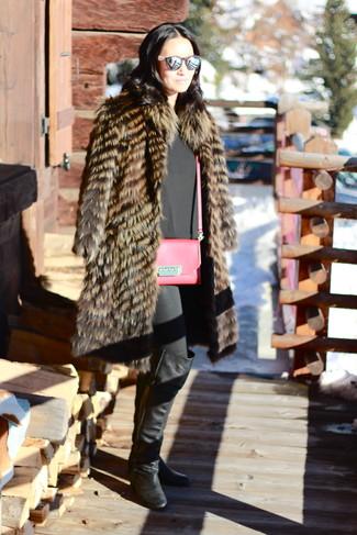 Elige una apariencia sofisticada en un abrigo de piel marrón y unos vaqueros pitillo negros. Botas sobre la rodilla de cuero negras son una opción buena para complementar tu atuendo.