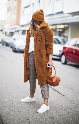 Intenta combinar un abrigo de piel tabaco junto a un gorro para que te veas verdaderamente magnífica. Tenis de cuero blancos darán un toque desenfadado al conjunto.