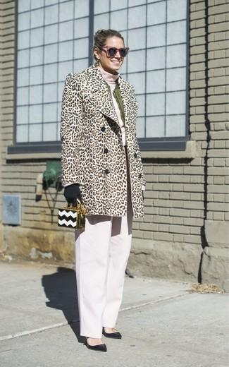 Cómo combinar: abrigo de piel de leopardo en beige, cazadora de aviador verde oliva, jersey de cuello alto rosado, pantalones anchos blancos