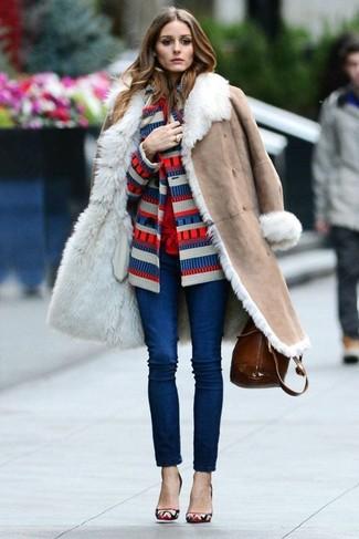 Cómo combinar: abrigo de piel de oveja en beige, cárdigan de rayas horizontales en blanco y rojo y azul marino, blusa de botones roja, vaqueros pitillo azul marino
