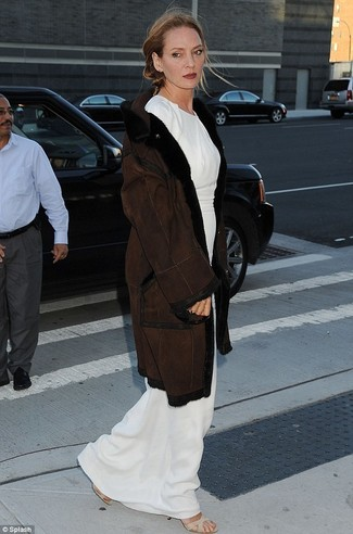 Abrigo de piel de oveja en marron oscuro vestido largo blanco sandalias de tacon de elastico en beige large 22786