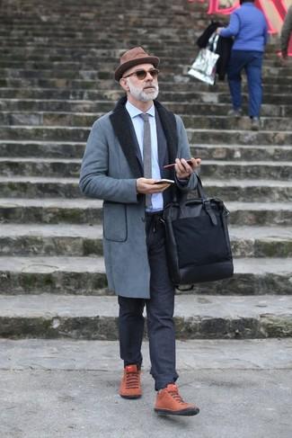 Cómo combinar: abrigo de piel de oveja gris, traje de lana en gris oscuro, camisa de vestir celeste, zapatillas altas de ante en tabaco