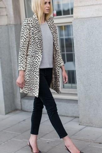 Un abrigo de piel de leopardo beige y unos vaqueros pitillo negros son una gran fórmula de vestimenta para tener en tu clóset. Zapatos de tacón de cuero negros son una sencilla forma de complementar tu atuendo.