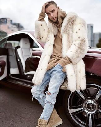 Cómo combinar: abrigo de piel en beige, sudadera con capucha marrón claro, vaqueros desgastados celestes, botas casual de ante marrón claro