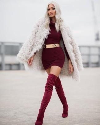 Look de moda: Abrigo de Piel en Beige, Vestido Ajustado Burdeos, Botas sobre la Rodilla de Ante Burdeos, Cinturón Dorado