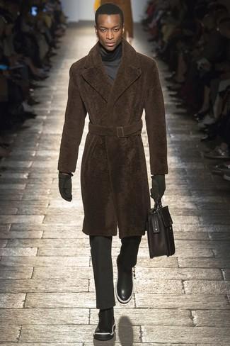 Cómo combinar: abrigo de piel marrón, jersey de cuello alto en gris oscuro, pantalón de vestir negro, botines chelsea de cuero negros