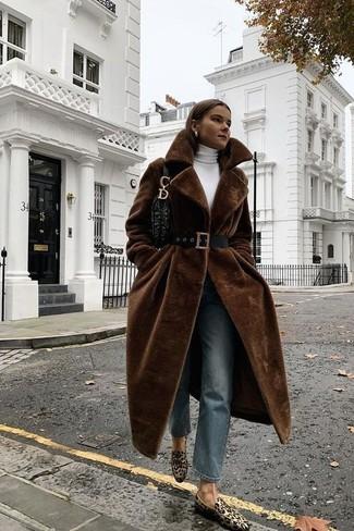 Cómo combinar: abrigo de piel en marrón oscuro, jersey de cuello alto blanco, vaqueros azules, mocasín de ante de leopardo marrón claro