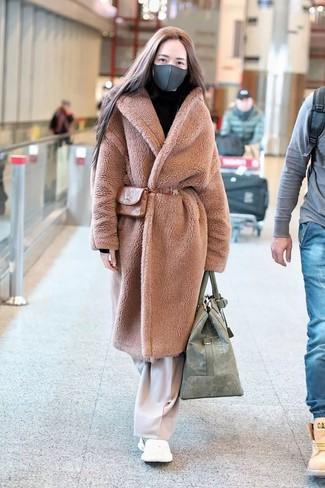 Cómo combinar: abrigo de piel marrón claro, pantalones anchos en beige, deportivas blancas, riñonera de cuero marrón claro