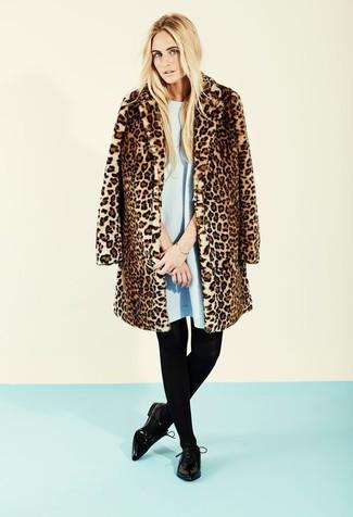 Considera emparejar un abrigo de piel de leopardo marrón con un vestido amplio celeste y te verás como todo un bombón. ¿Quieres elegir un zapato informal? Elige un par de zapatos derby de cuero negros para el día.