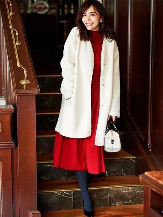 Cómo combinar: abrigo de piel blanco, vestido midi de lana de punto rojo, zapatos de tacón de cuero negros, bolso de hombre de cuero blanco