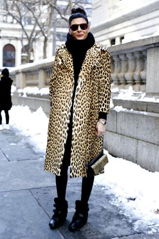Cómo combinar: abrigo de piel de leopardo marrón claro, zapatillas con cuña de cuero negras, bolso bandolera de cuero en negro y dorado, bufanda de punto negra