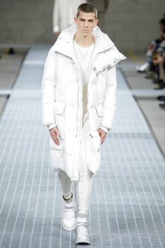Cómo combinar: abrigo de plumón blanco, jersey con cuello circular blanco, pantalón de chándal blanco, zapatillas altas de cuero blancas