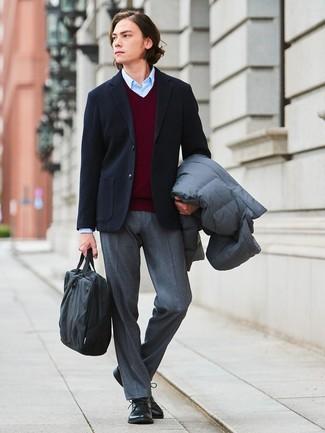 Cómo combinar: abrigo de plumón gris, blazer de lana negro, jersey de pico burdeos, camisa de vestir celeste