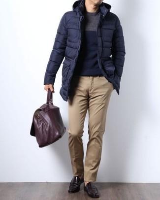 Cómo combinar: abrigo de plumón azul marino, jersey con cuello circular azul marino, pantalón chino marrón claro, mocasín de cuero en marrón oscuro