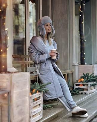 Cómo combinar: abrigo de plumón gris, jersey con cuello circular con adornos celeste, pantalón de chándal gris, botas ugg blancas