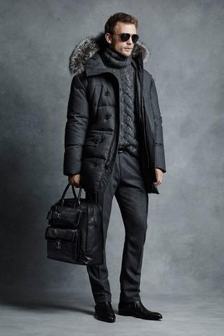 Cómo combinar: abrigo de plumón en gris oscuro, jersey de cuello alto de punto en gris oscuro, pantalón de vestir de lana negro, botines chelsea de cuero negros