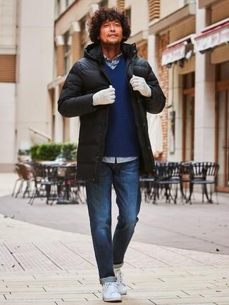 Cómo combinar: abrigo de plumón negro, jersey de pico azul marino, camisa de manga larga de cuadro vichy en blanco y azul marino, vaqueros azul marino