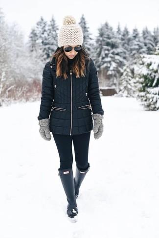 Cómo combinar: abrigo de plumón negro, leggings negros, botas de lluvia negras, guantes de lana grises