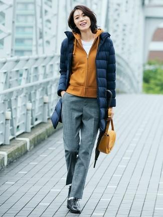 Cómo combinar: abrigo de plumón azul marino, sudadera con capucha mostaza, camiseta con cuello circular blanca, pantalón de vestir de lana gris