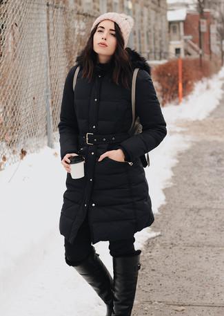 Cómo combinar: abrigo de plumón negro, vaqueros pitillo negros, botas de caña alta de cuero negras, mochila de cuero marrón