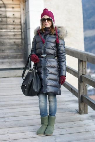 Los días ocupados exigen un atuendo simple aunque elegante, como un abrigo de plumón negro y un gorro. Botas ugg verdes darán un toque desenfadado al conjunto.