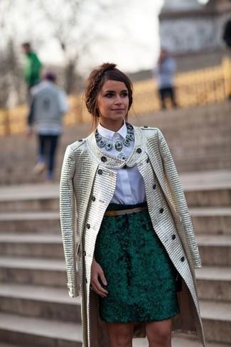 Look de Miroslava Duma: Abrigo Dorado, Camisa de Vestir Blanca, Falda Lápiz Verde Oscuro, Collar Verde Oscuro