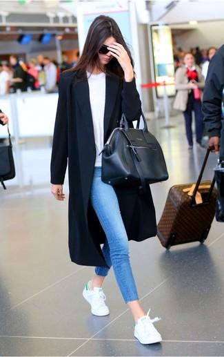 Look de Kendall Jenner: Abrigo Duster Negro, Camiseta con Cuello Barco Blanca, Vaqueros Pitillo Azules, Zapatillas Bajas Blancas