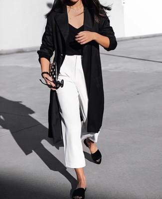 Cómo combinar: abrigo duster negro, camiseta con cuello en v negra, falda pantalón blanca, sandalias planas de ante negras