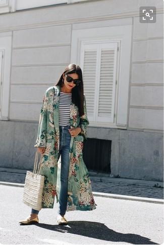 Cómo combinar: abrigo duster con print de flores verde, camiseta de manga larga de rayas horizontales en blanco y azul marino, vaqueros azules, mocasín de cuero dorados