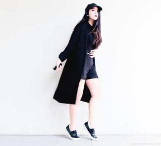 Emparejar un abrigo duster negro y unos pantalones cortos negros es una opción cómoda para hacer diligencias en la ciudad. Mezcle diferentes estilos con zapatillas slip-on de cuero negras.