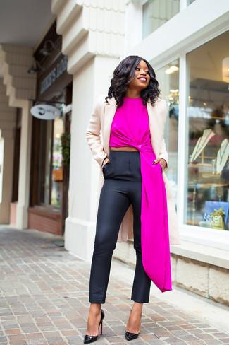 Cómo combinar: abrigo en beige, blusa sin mangas rosa, pantalones pitillo negros, zapatos de tacón de cuero negros